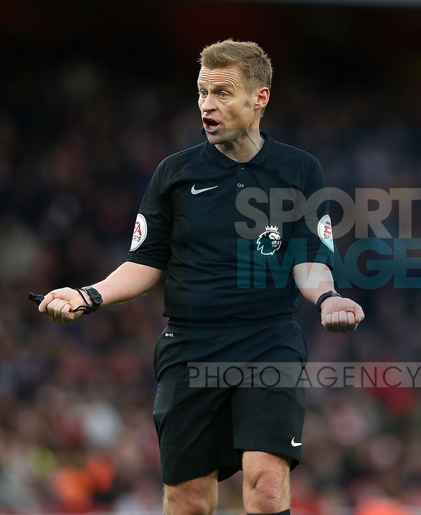 Referee Mike Jones in action during the Premier League match at the Emirates Stadium, London. Picture date October 26th, 2016 Pic David Klein/Sportimage