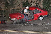SÃO PAULO, SP, 07.05.2015 - ACIDENTE-SP -  Dois veiculos colidiram na Rua São Braulio, no bairro do Morumbi região sul da cidade de São Paulo, na noite desta quinta-feira,07. O motorista do veiculo da marca Mercedes-Benz, que não tem habilitação, perdeu o controle e bateu em outro veiculo que estava no sentido contrário. Uma pessoa ficou presa nas ferragens e foi socorrida para o Hospital das Clinicas. (Foto: Douglas Pingituro / Brazil Photo Press)