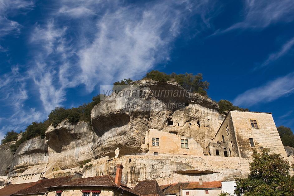 Europe/France/Aquitaine/24/Dordogne/Périgord Noir/Les Eyzies-de-Tayac: la falaise , la statue de l'homme de  Néandertal et l'ancien Château des barons de Beynac