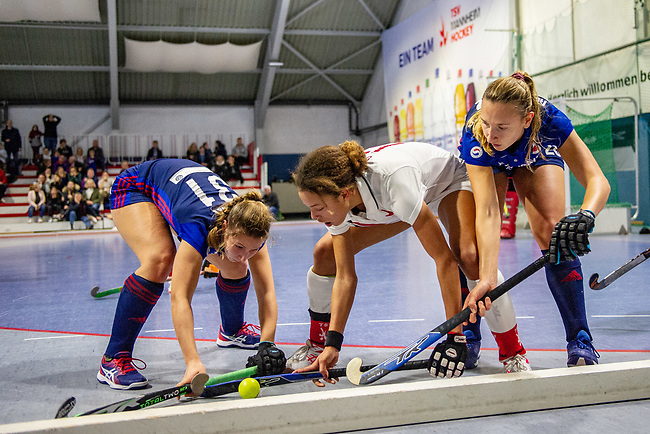 Mannheim, Germany, January 03: During the 1. Bundesliga women indoor hockey match between TSV Mannheim and Mannheimer HC on January 3, 2020 at Primus-Valor Arena in Mannheim, Germany. Final score 4-4. (Photo by Dirk Markgraf / www.265-images.com) *** Isabella Schmidt #31 of Mannheimer HC, Tara Duus #17 of TSV Mannheim, Charlotte Gerstenhoefer of Mannheimer HC