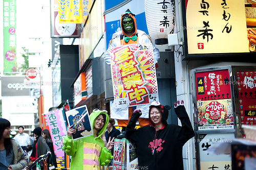 October 31, 2012, Tokyo, Japan - Japanese guys wear the costumes of random charsctors for Halloween in Kochijoji district, Tokyo. (Photo by Yumeto Yamazaki/AFLO)