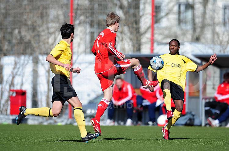 FUSSBALL  B - Junioren Bundesliga Sued / Suedwest    SAISON 2009/2010     27.02.2010 16. Spieltag : FC Bayern  Muenchen - TuS Ergenzingen Dominik Gossner (li, FCB) gegen S. Wairimu  (re, Ergenzingen)
