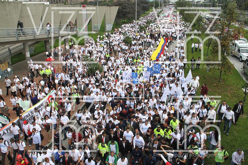 """BOGOTA-COLOMBIA-9-04-2013. BOGOTA-COLOMBIA: 09-04-2013. Miles de Colombianos encabezados por el Presidente Juan Manuel Santos, marcharon por la Paz en las calles de Bogotá, abril 9 de 2013. El presidente Santos desmintió que las Fuerzas Armadas Revolucionarias de Colombia (FARC), estén infiltradas presionando a los campesinos para marchar, """"Yo no veo guerrillas alrededor mío"""", agrego el mandatario. La jornada comenzó pasadas las ocho de la mañana en el monumento de los Caídos, en el occidente de Bogotá y se dirigió a la Plaza de Bolivar en el centro de la capital colombiana./ Thousands of Colombians headed by President Juan Manuel Santos, marched for peace on the streets of Bogota,, April 9, 2013. President Santos denied that the Revolutionary Armed Forces of Colombia (FARC) are infiltrated pressuring farmers to march, """"I do not see guerrillas around me,"""" Santos said. The marches began just after eight o'clock in the Memorial Monument in western Bogota and went to the Plaza de Bolivar in downtown Bogota. Photos: VizzorImage /  Felipe Caicedo / Staff."""