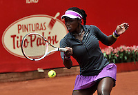 BOGOTA - COLOMBIA - 15-04-2016: Sachi Vickery de Estados Unidos, devuelve la bola a Lara Arruabarrena de España,  durante partido por el Claro Colsanitas WTA, que se realiza en el Club El Rancho de Bogota. / Sachi Vickery from United States, returns the ball to Lara Arruabarrena from Spain, during a match for the WTA Claro Colsanitas, which takes place at Club El Rancho de Bogota. Photo: VizzorImage / Luis Ramirez / Staff.
