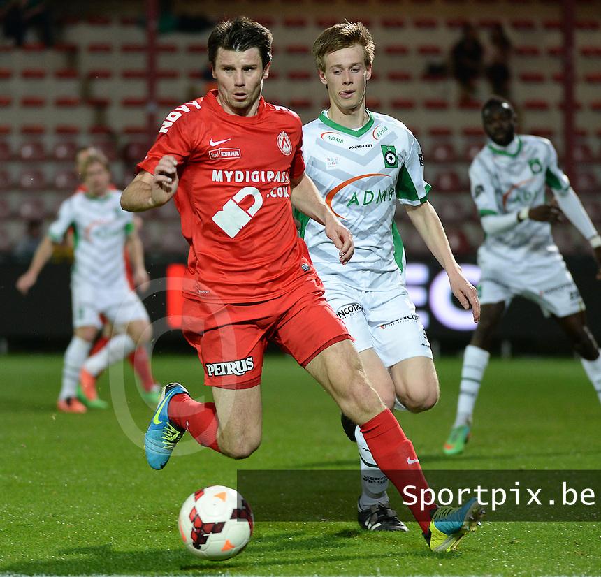 KV Kortrijk - Cercle Brugge : Stijn De Smet aan de bal voor Mathieu Maertens (r) <br /> foto VDB / BART VANDENBROUCKE