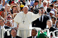 Papa Francesco saluta i fedeli al suo arrivo all'udienza generale del mercoledi' in Piazza San Pietro, Citta' del Vaticano, 27 agosto 2014.<br /> Pope Francis waves to faithful as he arrives for his weekly general audience in St. Peter's Square at the Vatican, 27 August 2014.<br /> UPDATE IMAGES PRESS/Riccardo De Luca<br /> <br /> STRICTLY ONLY FOR EDITORIAL USE