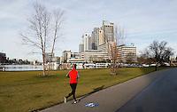 Nederland  Amsterdam  2017 . Overamstel.  Hardlopen langs de nieuwbouwwijk aan de Amstel .  Foto Berlinda van Dam / Hollandse Hoogte