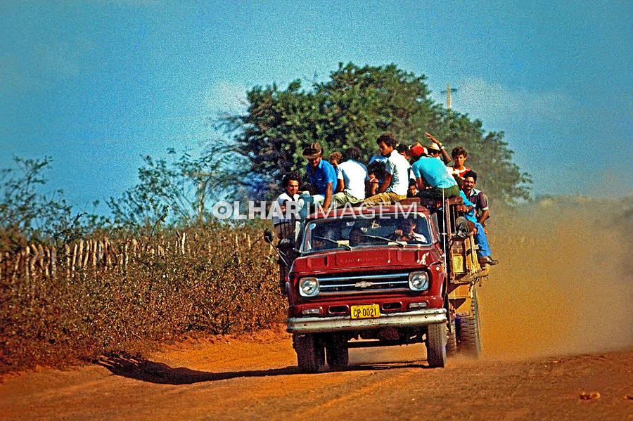 Transporte de população em estrada de terra no sertão do Rio Grande do Norte. 1982. Foto de Juca Martins.