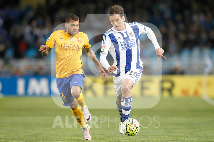 Real Sociedad's Mikel Oiarzabal (r) and FC Barcelona's Dani Alves during La Liga match. April 9,2016. (ALTERPHOTOS/Acero)