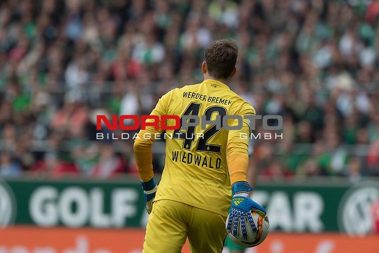 09.04.2016, Weser Stadion, Bremen, GER, 1.FBL. Werder Bremen vs FC Augbsurg, im Bild<br /> <br /> Felix Wiedwald (Bremen #42) <br /> Einzelaktion, Halbk&ouml;rper / Halbkoerper<br /> <br /> <br /> Foto &copy; nordphoto / Kokenge