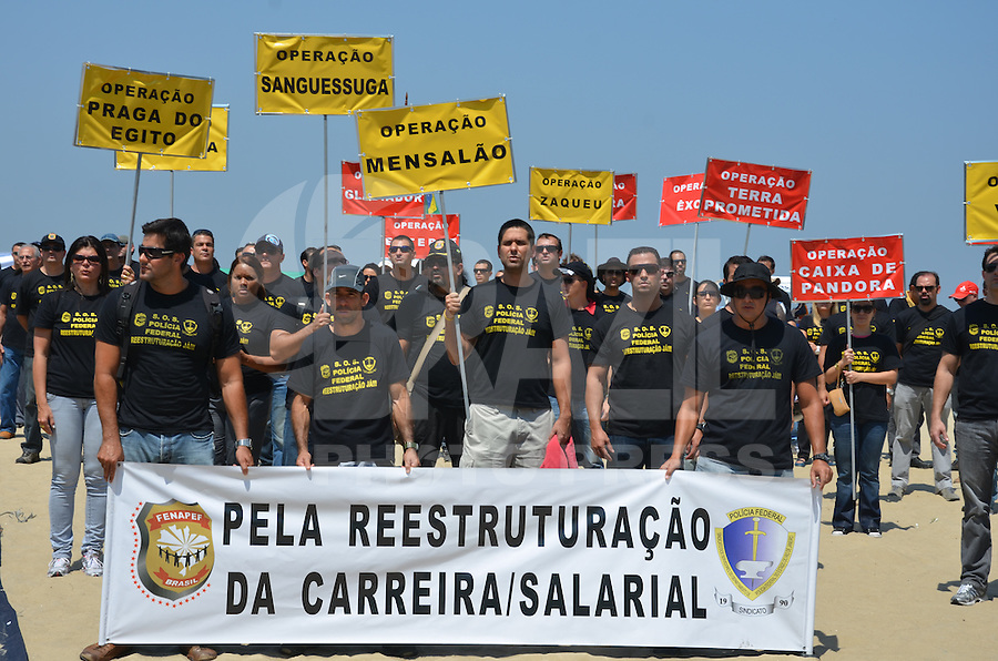 ATENCAO EDITOR: FOTO EMBARGADA PARA VEICULOS INTERNACIONAIS. - RIO DE JANEIRO, RJ,19 DE SETEMBRO 2012 - GREVE DA POLICIA FEDERAL-Manifestacao dos Policiais federais em greve, na Praia de Copacabana, em Copacabana, zona sul do Rio de Janeiro.(FOTO: MARCELO FONSECA / BRAZIL PHOTO PRESS).