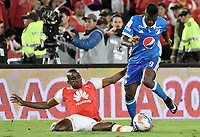 BOGOTÁ - COLOMBIA, 17-12-2017: Dairon Mosquera (Izq.) jugador de Santa Fe disputa el balón con Duver Riascos (Der.) jugador del Millonarios durante el encuentro entre Independiente Santa Fe y Millonarios por la final vuelta de la Liga Aguila II 2017 jugado en el estadio Nemesio Camacho El Campin de la ciudad de Bogotá. / Dairon Mosquera (L) player of Santa Fe struggles for the ball with Duver Riascos (R) player of Millonarios during match between Independiente Santa Fe and Millonarios for the second leg final of the Aguila League II 2017 played at the Nemesio Camacho El Campin Stadium in Bogota city. Photo: VizzorImage/ Gabriel Aponte / Staff