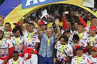 BOGOTA - COLOMBIA, 12-06-2019: Julio Comesaña técnico de Junior celebra como campeón con sus jugadores después del partido de vuelta entre Deportivo Pasto y Atletico Junior por la final de la Liga Águila I 2019 jugado en el estadio Nemesio Camacho El Campín de la ciudad de Bogotá. / Julio Comesaña coach of Junior celebrates as champion with his players after second leg match between Deportivo Pasto and Atletico Junior for the final of the Aguila League I 2019 played at Nemesio Camacho El Campin stadium in Bogota city. Photo: VizzorImage / Felipe Caicedo / Staff