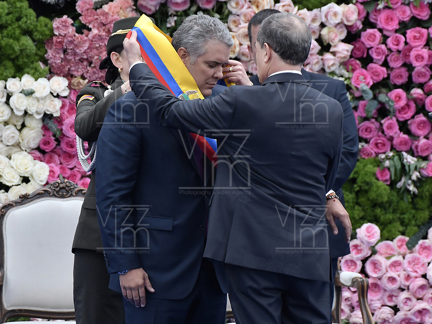 BOGOTÁ - COLOMBIA, 07-08-2018: Ivan Duque, le es impuesta la banda presidencial para tomar posesión como presidente de Colombia para el período constitucional 2018 - 22 durante ceremonia en la Plaza Bolívar el 7 de agosto de 2018 en Bogotá, Colombia. / Ivan Duque, was imposed the presidential band to take office to constitutional term as president 2018 - 22 at Plaza Bolivar on August 7, 2018 in Bogota, Colombia. Photo: VizzorImage/ Gabriel Aponte / Staff