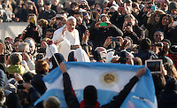Papa Francesco saluta i fedeli al suo arrivo all'udienza generale del mercoledi' in Piazza San Pietro, Citta' del Vaticano, 30 dicembre 2015.<br /> Pope Francis waves to faithful as he arrives for his weekly general audience in St. Peter's Square at the Vatican, 30 December 2015.<br /> UPDATE IMAGES PRESS/Isabella Bonotto<br /> <br /> STRICTLY ONLY FOR EDITORIAL USE
