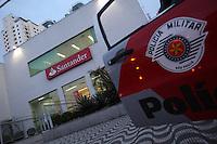 FOTO EMBARGADA PARA VEICULOS INTERNACIONAIS. SAO PAULO, SP, 27/09/2012, ASSALTO BANCO TATUAPE. Na tarde de hoje (27) uma agencia do Banco Santander foi assaltada na Rua Emilia Marengo 100. Os vigias do banco trocaram tiros com os assaltante, pelo menos um deles ficou ferido. Luiz Guarnieri/ Brazil Photo Press