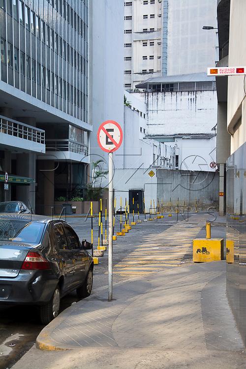 Carro estacionado em local proibido, São Paulo - SP, 07/2016.