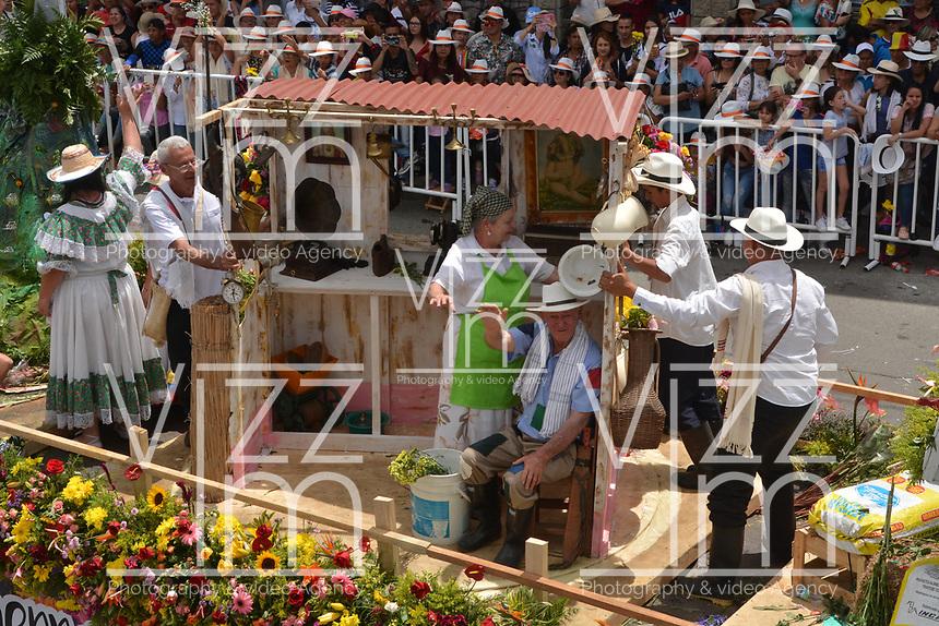MEDELLÍN - COLOMBIA, 12-08-2018: El tradicional desfile de silleteros se realizó hoy, 12 agosto de 2018, por las calles de Medellín  como un evento más de la versión 61 de la Feria de las Flores 2018 que se realiza en la capital de Antioquia. / The tradictional Silleteros parade was made today, 12 July 2018, by the streets of Medellin as one event more of the 61th version of Flower Fair 2018 that takes place in the Antioquia's capital. Photo: VizzorImage / Leon Monsalve / Cont