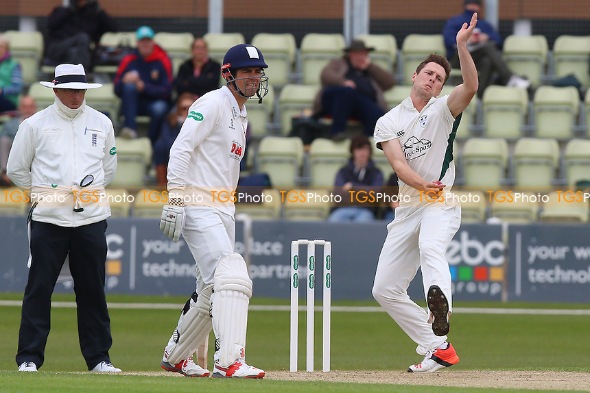 Matt Henry in bowling action for Worcestershire as Alastair Cook looks on during Worcestershire CCC vs Essex CCC, Specsavers County Championship Division 2 Cricket at New Road on 1st May 2016
