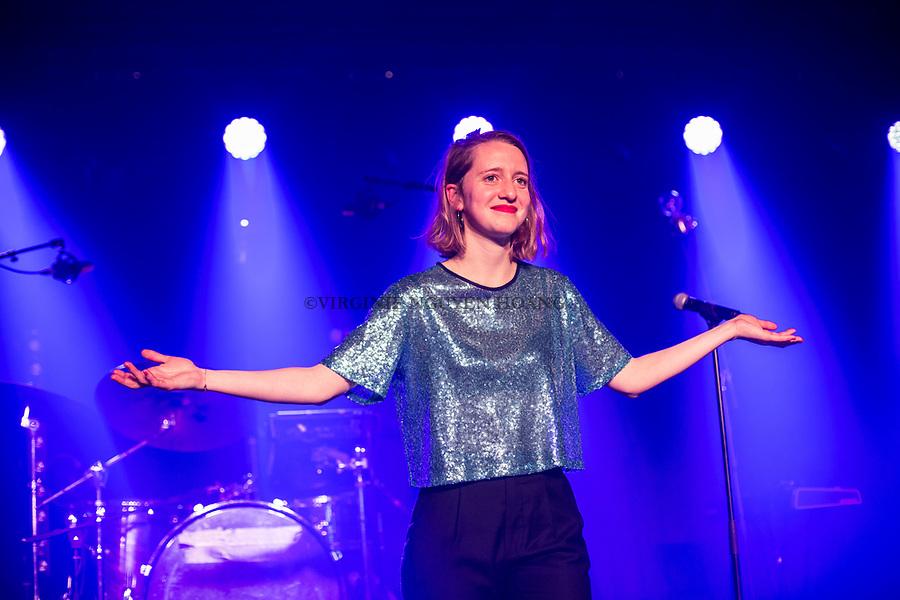 Perwez, Belgique: Maria-Leatitia remercie son public lors d'un concert donné par son groupe, Sonnfjord, en première partie du concert de Konoba à la salle Perwex, le 23 février 2018.