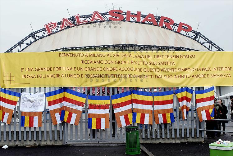 Italia, Milano, Palasharp..Striscione di benvenuto al XIV Dalai Lama Tenzin Gyatso.© Andrea Pagliarulo/Buenavista.