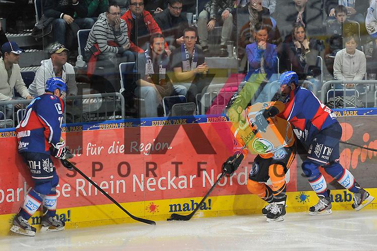 Wolfsburgs Tyler Haskins (Nr.10) gegen Mannheims Craig MacDonald (Nr.10) und rechts Mannheims Mike Glumac (Nr.16) beim Spiel in den Playoff der DEL, Adler Mannheim - Grizzly Adams Wolfsburg.<br /> <br /> Foto &copy; Ice-Hockey-Picture-24 *** Foto ist honorarpflichtig! *** Auf Anfrage in hoeherer Qualitaet/Aufloesung. Belegexemplar erbeten. Veroeffentlichung ausschliesslich fuer journalistisch-publizistische Zwecke. For editorial use only.