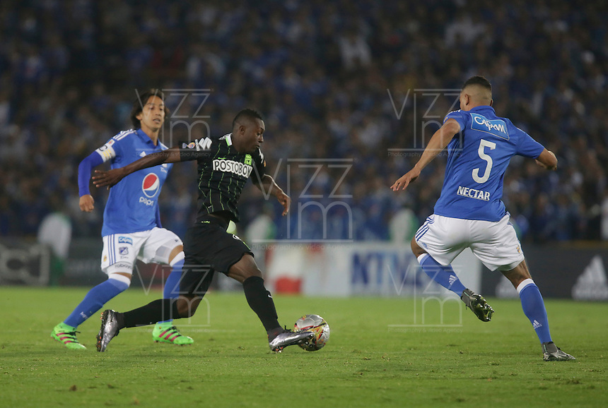 BOGOTA - COLOMBIA -31 - 03 - 2016: Andres Cadavid (Der.) jugador de Millonarios disputa el balón con Marlos Moreno (Izq.) jugador de Atletico Nacional, durante partido aplazado de la fecha 9 entre Millonarios Atletico Nacional, de la Liga Aguila I-2016, jugado en el estadio Nemesio Camacho El Campin de la ciudad de Bogota.   / Andres Cadavid (R) player of Millonarios vies for the ball with Marlos Moreno (L) player of Atletico Nacional, during a postponed match between Millonarios and Atletico Nacional,  for the date 9 of the Liga Aguila I-2016 at the Nemesio Camacho El Campin Stadium in Bogota city, Photo: VizzorImage / Ivan Valencia / Cont.