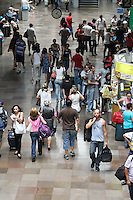 S&Atilde;O PAULO, SP, 20.12.13 - MOVIMENTA&Ccedil;&Atilde;O TERMINAL RODOVI&Aacute;RIO DO TIET&Ecirc; / S&Atilde;O PAULO-SP - Movimenta&ccedil;&atilde;o de Passageiros no Terminal Rodovi&aacute;rio do Tiet&ecirc;/ S&atilde;o Paulo/SP, <br /> &agrave;s v&eacute;speras das festas de fim de ano, nesta sexta-feira, 20. (Foto: Geovani Velasquez / Brazil Photo Press)