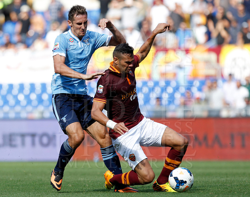 Calcio, Serie A: Roma vs Lazio. Roma, stadio Olimpico, 22 settembre 2013.<br /> AS Roma defender Leandro Castan, of Brazil, right, is challenged by Lazio forward Miroslav Klose, of Germany, during the Italian Serie A football match between AS Roma and Lazio, at Rome's Olympic stadium, 22 September 2013.<br /> UPDATE IMAGES PRESS/Isabella Bonotto