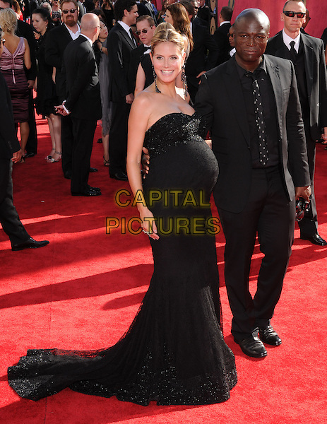 HEIDI KLUM & SEAL (Seal Henry Olusegun Olumide Adeola Samuel).at The 61st Primetime Emmy Awards held at The Nokia Theater in Los Angeles, California, USA, .September 20th,2009                                                                                      .emmys arrivals full length pregnant black strapless maternity dress bump sparkly beaded maxi husband wife couple suit tie .CAP/DVS.©Debbie VanStory/RockinExposures/Capital Pictures