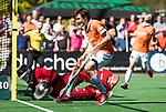BLOEMENDAAL   - Hockey -  2e wedstrijd halve finale Play Offs heren. Bloemendaal-Amsterdam (2-2) . A'dam wint shoot outs. Florian Fuchs (Bldaal) stuit op Jan de Wijkerslooth.   COPYRIGHT KOEN SUYK
