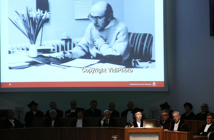 Foto: VidiPhoto<br /> <br /> NIJMEGEN - Taalkundige hoogleraar prof. dr. Nicoline van der Sijs, tijdens haar oratie in de Radboud Universiteit in Nijmegen, donderdag.