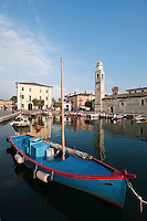 Italy, Veneto, Lake Garda, Lazise: small harbour at East Bank of Lake Garda with church S. Nicolò | Italien, Venetien, Gardasee, Lazise: kleiner Hafen am Ostufer des Gardasees mit Kirche S. Nicolò