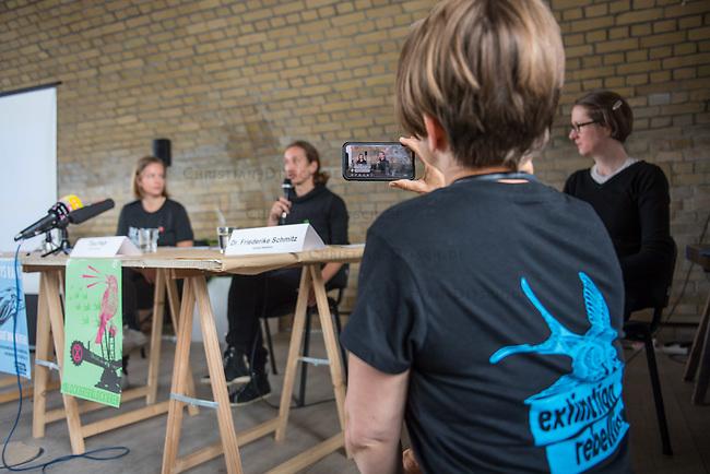 """Auf einer Pressekonferenz erklaerte die Umweltschutzorganisation Extinction Rebellion (XR) am Freitag den 12. Juni 2020 in Berlin ihre Ziele ihrer sog. """"Rebellionswelle"""" der Presse.<br /> Ab Montag den 15. Juni sollen zahlreiche Aktionen in ueber 40 deutschen Staedten stattfinden. Die Aktionen laufen unter dem Motto """"#WeiterSoWarGestern"""" und sollen sich an Konzerne, Regierungen und Lobbyverbaende richten. Aktionen des zivilen Ungehorsams sollen in allen Bundeslaendern stattfinden.<br /> Im Bild vlnr.: Eine XR-Aktivistin streamt mit ihrem Handy die Pressekonferenz mit Annemarie Botzki, Tino Pfaff und Dr. Friederike Schmitz.<br /> 12.6.2020, Berlin<br /> Copyright: Christian-Ditsch.de<br /> [NUR FUER REDAKTIONELLE ZWECKE! Werbung nur auf Anfrage beim Fotografen. Inhaltsveraendernde Manipulation des Fotos nur nach ausdruecklicher Genehmigung des Fotografen. Vereinbarungen ueber Abtretung von Persoenlichkeitsrechten/Model Release der abgebildeten Person/Personen liegen nicht vor. NO MODEL RELEASE! Don't publish without copyright Christian-Ditsch.de, Veroeffentlichung nur mit Fotografennennung, sowie gegen Honorar, MwSt. und Beleg. Konto: I N G - D i B a, IBAN DE58500105175400192269, BIC INGDDEFFXXX, Kontakt: post@christian-ditsch.de<br /> Bei der Bearbeitung der Dateiinformationen darf die Urheberkennzeichnung in den EXIF- und  IPTC-Daten nicht entfernt werden, diese sind in digitalen Medien nach §95c UrhG rechtlich geschuetzt. Der Urhebervermerk wird gemaess §13 UrhG verlangt.]"""