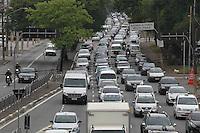 SAO PAULO, SP, 17/10/2013, TRANSITO. A Radial Leste no bairro da Mooca, tem  transito intenso em direção a regiao central de Sao Paulo, na manhã dessa quinta-feira (17). LUIZ GUARNIERI/ BRAZIL PHOTO PRESS.