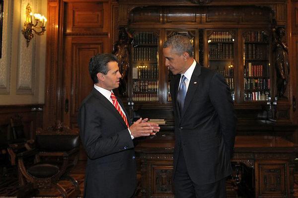MEX20. CIUDAD DE MÉXICO (MÉXICO), 02/05/2013.- Fotografía cedida por Presidencia de México del mandatario de ese país, Enrique Peña Nieto (i), conversando con el presidente de Estados Unidos, Barack Obama (d), hoy, jueves 2 de mayo de 2013, en el Palacio Nacional de Ciudad de México (México). Los mandatarios firmaron un acuerdo de cooperación en educación durante la reunión en la capital mexicana, según informó la Casa Blanca. EFE/Presidencia/SOLO USO EDITORIAL.