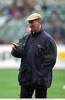 JACK CHARLTON (Ireland Manager) points, REPUBLIC OF IRELAND 2 v Lithuania 0, 930908. Photo: Glyn Kirk/Action Plus....1993.point.portrait portraits.football.soccer.association.Internationals International .manager managers.coach.coaches.instructs instruction