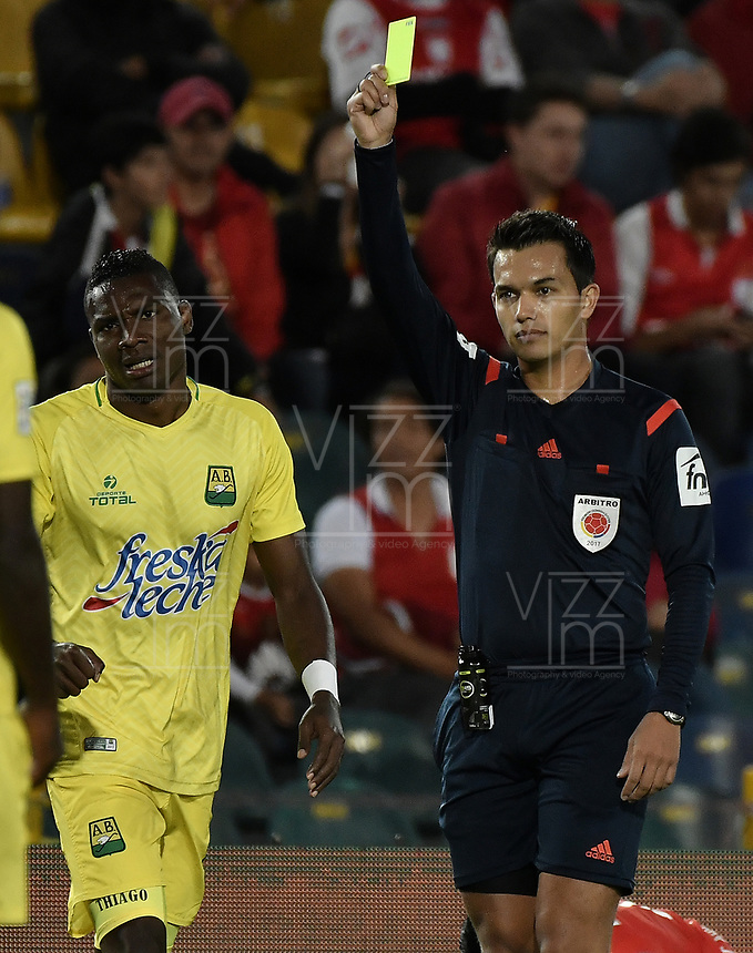 BOGOTÁ -COLOMBIA, 15-04-2017. Nicolas Gallo, árbitro, muestra la tarjeta amarilla a Henry Obando del Bucaramanga durante el encuentro entre Independiente Santa Fe y Atletico Bucaramanga partido por la fecha 13 de la Liga Aguila I 2017 jugado en el estadio Nemesio Camacho El Campin de la ciudad de Bogota. / Nicolas Gallo, referee, shows the yellow card to Henry Obando of Bucaramanga during match between Independiente Santa Fe and Atletico Bucaramanga for the date 13 of the Aguila League I 2017 played at the Nemesio Camacho El Campin Stadium in Bogota city. Photo: VizzorImage/ Gabriel Aponte / Staff