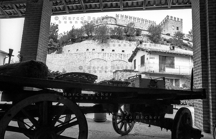 Il castello di Montesegale (Pavia) e un vecchio carro --- The castle of Montesegale (Pavia) and an old wagon