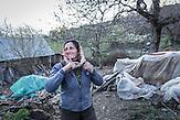 Frau des Wasserkraftwärters Veli Derstila, Dërstila, Shpati 2013, Strom wird  in Albanien hauptsächlich aus Wasserkraft gewonnen. Zu kommunistischen Zeiten wurde das Land elektrifiziert. Die Infrastruktur kann aber mit dem hohen Verbrauch heutzutage nicht mithalten