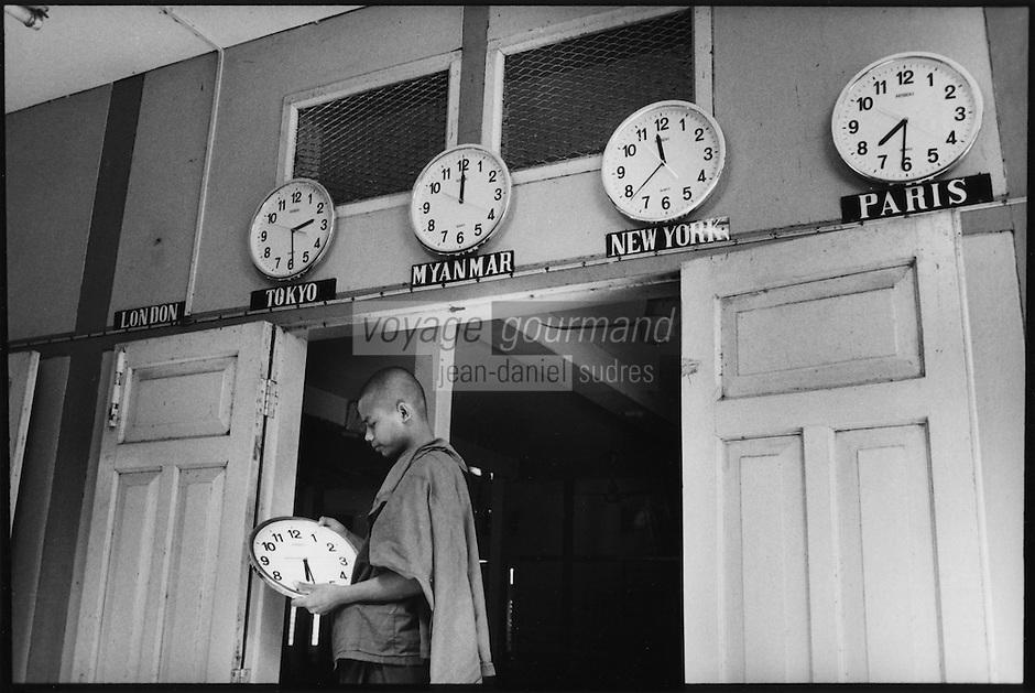 "Asie/Birmanie/Myanmar/Haute Birmanie/Env Mandalay/Amarapura: Monastère ""Maha Gandayon"" - Les horloges et le moine"