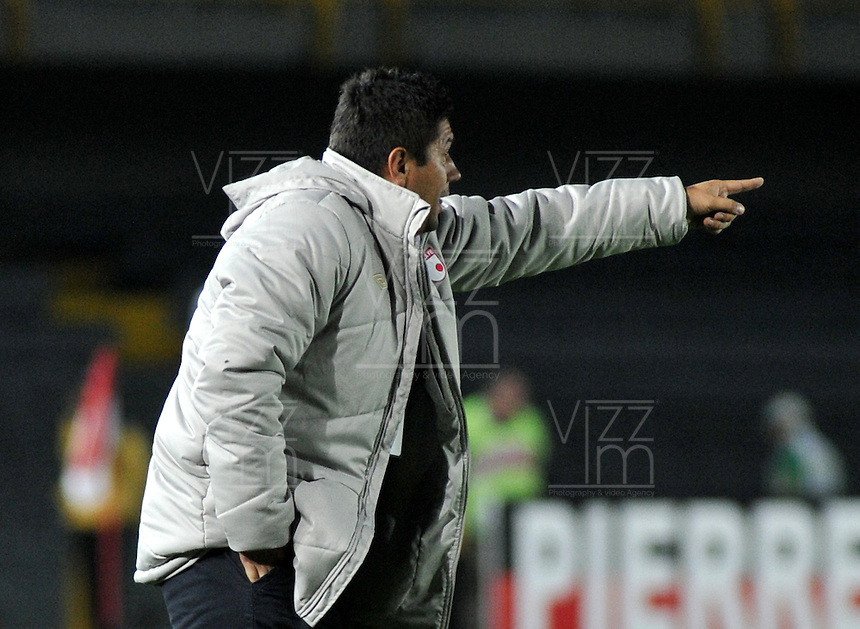 BOGOTA - COLOMBIA-24-04-2013: Wilson Gutierrez, técnico del Independiente Santa Fe, da instrucciones a los durante partido en el estadio Nemesio Camacho El Campin de la ciudad de Bogota, abril 24 de 2013. Independiente Santa Fe y Deportes Tolima durante partido aplazado por la octava fecha de la Liga Postobon I. (Foto: VizzorImage / Luis Ramirez / Staff). Wilson Gutierrez, coach of Independiente Santa Fe gives instructions to the players during game in the Nemesio Camacho El Campin stadium in Bogota City, April 24, 2013. Independiente Santa Fe and Deportes Tolima during match postponed for the eighth round of the Postobon League I. (Photo: VizzorImage / Luis Ramirez / Staff).