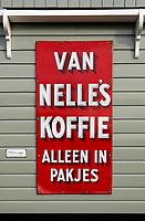 Nederland -  Marken - 2019.  Een oud Van Nelle bord hangt aan een huis in de haven.   Berlinda van Dam / Hollandse Hoogte