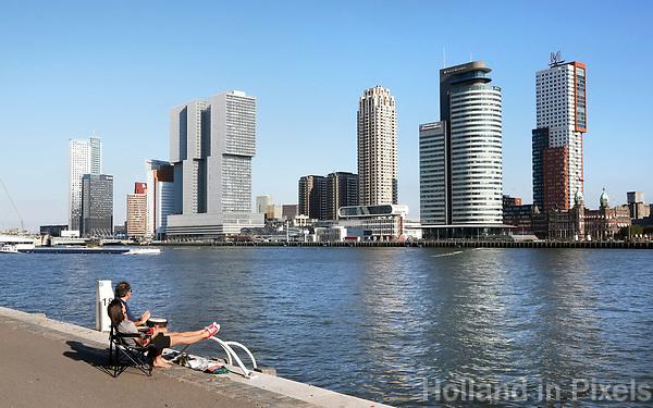 Nederland  Rotterdam -  2017.  Relaxen in Rotterdam. Uitzicht op de Wilhelminapier.    Foto Berlinda van Dam / Hollandse Hoogte