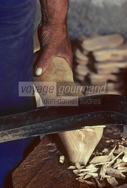 Europe/France/Auvergne/12/Aveyron/Grand-Vabre : Sabotier - Détail de travail au paroir<br /> PHOTO D'ARCHIVES // ARCHIVAL IMAGES<br /> FRANCE 1980