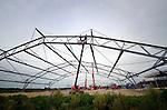 UTRECHT - In de Utrechtse polder Strijkviertel monteren tentbouwers geleiders op de door constructiebedrijf Hardeman uit Veenendaal gebouwde staalconstructie van een opmerkelijke overdekte tennisbouw op tennispark Rijnvliet. Het kunstwerk zal volgens ontwikkelaar Light Space, als een grote partytent met wit doek overdekt worden, waarmee de voormalige weilanden een Europese primeur hebben. Net als de bekende opblaastenten waarin gesport wordt, zal men hier ook overdekt kunnen tennissen, maar dan in de open lucht. Het tennispark is onderdeel van het gelijknamige sportpark Rijnvliet waarbij ondermeer sportverenigingen URC (rugby), UTS (voetbal) nieuwe velden en kantines krijgen.COPYRIGHT TON BORSBOOM