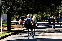SAO PAULO, SP, 19 DE MAIO DE 2012 - CLIMA TEMPO IBIRAPUERA - Com os termometros marcando uma media de 19 graus nesta manha de sabado,pessoas aproveitam para correr e se exercitar no Parque do Ibirapuera na Capital Paulista.FOTO: DEBBY OLIVEIRA / BRAZIL PHOTO PRESS