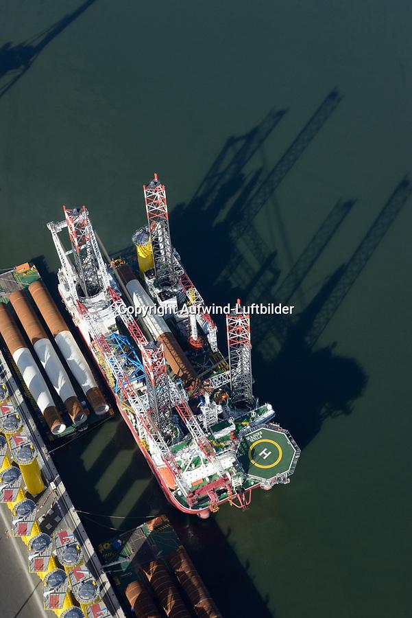 Scylla Offshore Spezialschiff: EUROPA, DEUTSCHLAND, NIEDERSACHSEN, CUXHAVEN 19.10.2018: Seajacks Scylla ist ein Offshore-Windpark-Installationsschiff das in Cuxhaven mit neuen Fundamenten versorgt wird die in den Nordseegrund verbaut werden sollen um dort neue Windkraftwerke zu montieren.<br /> Seajacks Scylla ist mit einem 1500t Kran ausgestattet, verf&uuml;gt &uuml;ber eine nutzbare Decksfl&auml;che von mehr als 5000m&sup2; und verf&uuml;gt &uuml;ber mehr als 8000t verf&uuml;gbare variable Last.<br /> Scylla kann mit 12 Knoten Geschwindigkeit zu den zuk&uuml;nftigen Offshore Windparks fahren. Die Beine von Skylla sind  105 Meter lange Beine, die es erm&ouml;glichen, Komponenten in Wassertiefen von bis zu 65 Metern zu installieren.