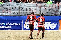 RIO DE JANEIRO, RJ, 16.11.2013 -III MUNDIALITO DE CLUBES BEACH SOCCER / SEMI-FINAL / BOTAFOGO x FLAMENGO / RJ-  Protesto de torcedores contra o valor abusivo do preço do ingresso para a final da copa do brasil na partida entre Botafogo x Flamengo, válida pela semi-final do III mundialito de beach soccer, em copacabana na zona sul da cidade do Rio de Janeiro, na manhã  deste sábado (16). (Foto: Marcelo Fonseca / Brazil Photo Press).
