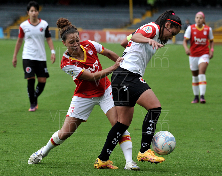 BOGOTA - COLOMBIA - 07 - 05 - 2017: Chinyelu Asher (Izq.) jugadora de Independiente Santa Fe disputa el balón con Monica Ayala (Der.) jugadora de Cucuta Deportivo, durante partido de la fecha 10 entre Independiente Santa Fe y Cucuta Deportivo, por la Liga Femenina Aguila 2017, en el estadio Nemesio Camacho El Campin de la ciudad de Bogota. / Chinyelu Asher (L) jugadora of Independiente Santa Fe struggles for the ball with Monica Ayala (R) player of Cucuta Deportivo, during a match of the date 10 for the Liga Femenina Aguila 2017, between Independiente Santa Fe and Cucuta Deportivo, at the Nemesio Camacho El Campin Stadium in Bogota city, Photo: VizzorImage / Luis Ramirez / Staff.